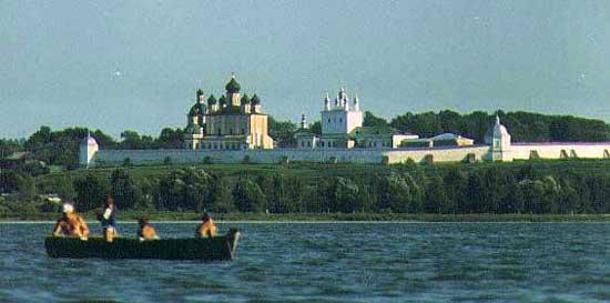 Il ponte sul volga a yaroslavl, in inverno
